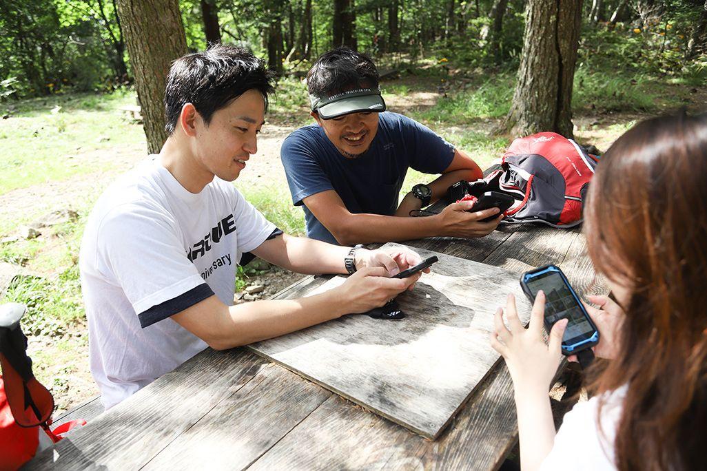 瑞牆山を登山するヤマップ板橋さん、京セラ古野さん、KDDI渡部