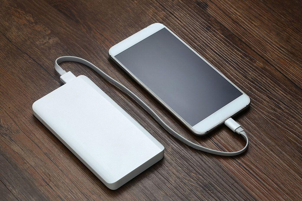 モバイルバッテリーで充電しているスマホ