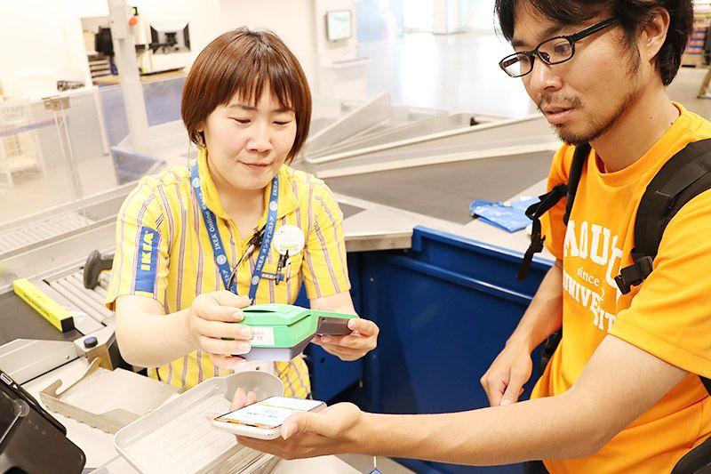 IKEA新三郷のレジでau PAYで支払いをする地主恵亮