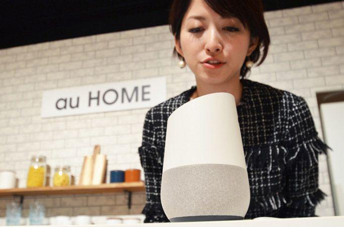 アイランドキッチンでGoogle Homeに話しかけるHiNT! レポーター