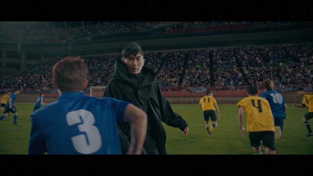 ピッチ上で半身になってプレーヤーをかわす松田翔太演じるマツダ