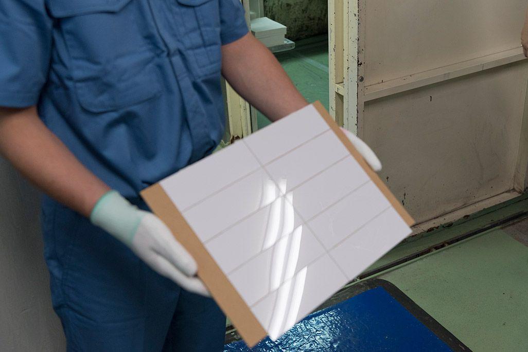 調色した塗料を塗装テストするための樹脂の板