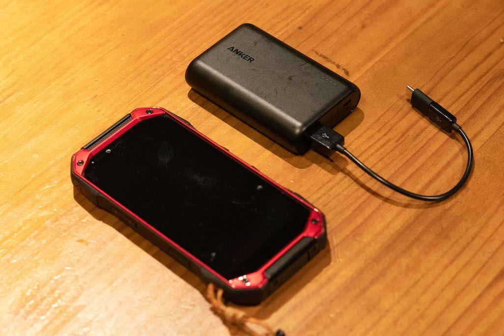 TORQUE G04とモバイルバッテリー