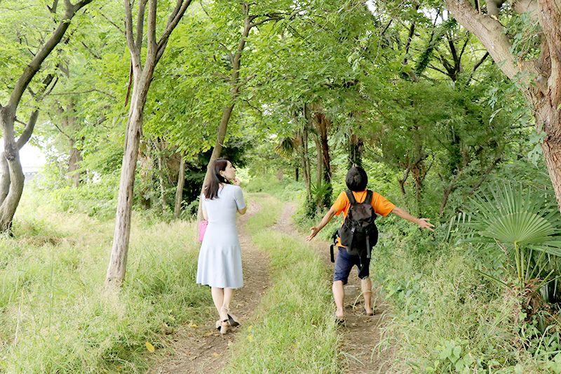 中川の土手を歩く鶴あいかと地主恵亮