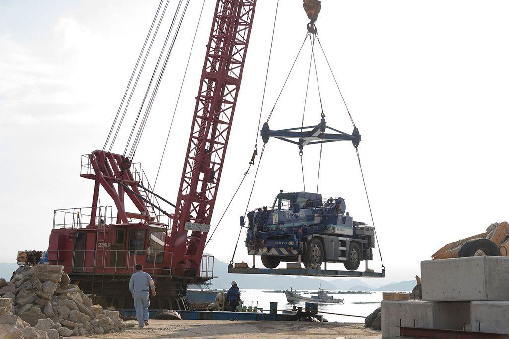 島で作業するためのクレーン車も。車重は14トン近くある
