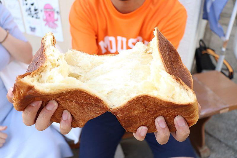 北松戸にあるボナペティートのデニッシュ食パンを手に持った地主恵亮