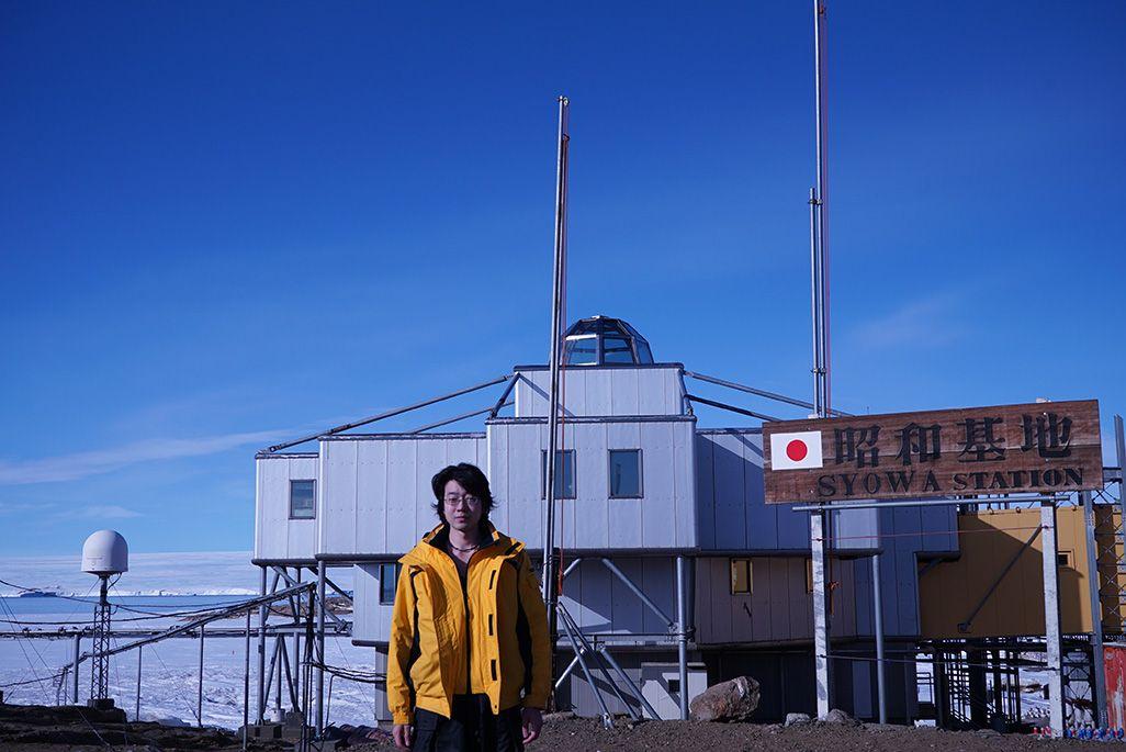 南極・昭和基地の前に立つ笹栗隊員