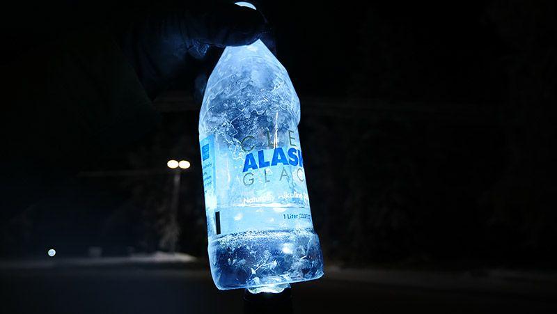 水だったペットボトルが凍っている様子