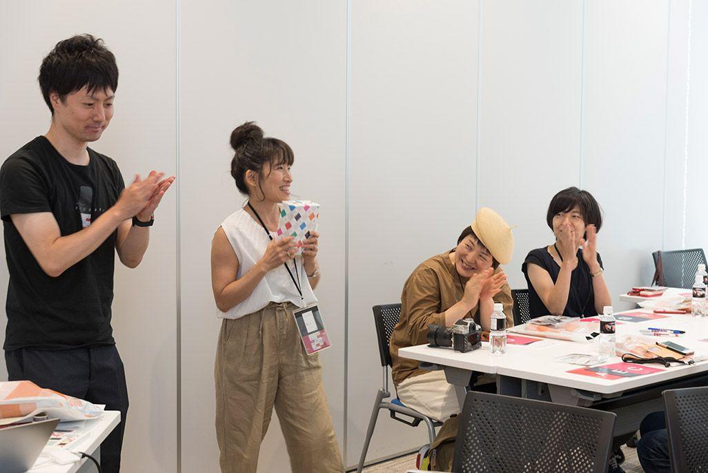 INFOBARファンミーティング新宿でのクイズ大会の賞品贈呈の模様