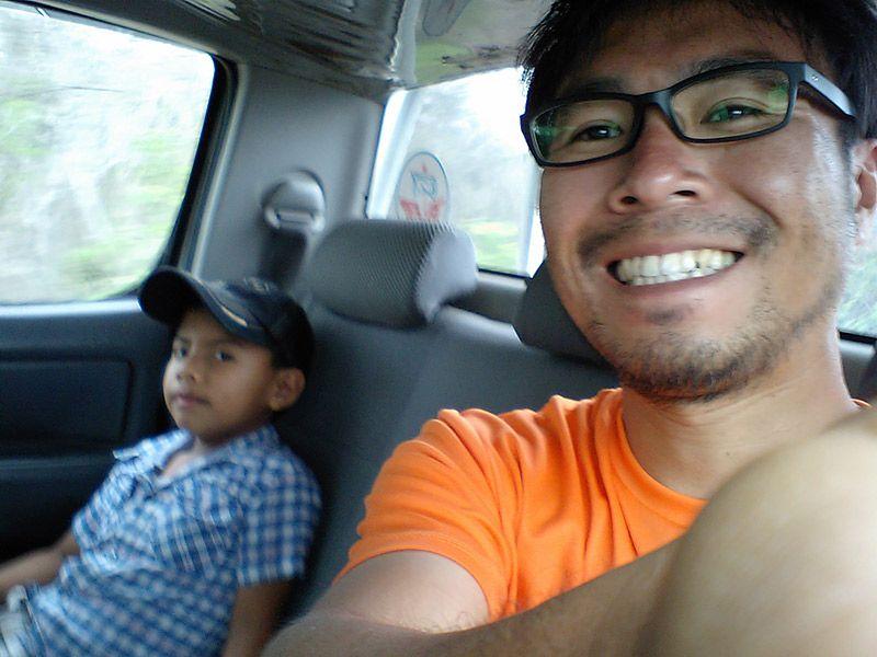 タクシーの後部座席に乗るに乗る地主と運転手さんの子ども