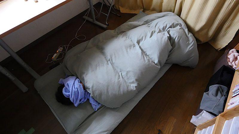顔にタオルをかけて布団で眠る地主