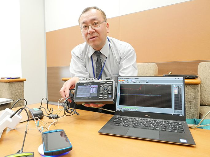 さまざまな機器を使って充電速度を計測するKDDIの新保恭一