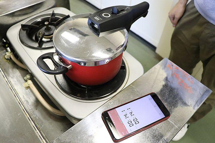 Silitの赤い圧力鍋の横に置かれたスマートフォンのタイマー
