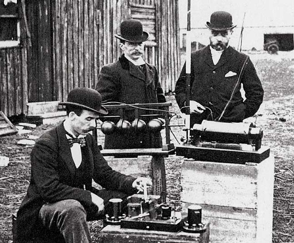 マルコーニの装置で海上無線伝送の試験をするイギリス郵政省の職員(1897年)『腕木通信から宇宙通信まで』