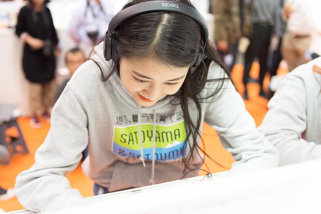 「音のVR」を体験する和田彩花さん