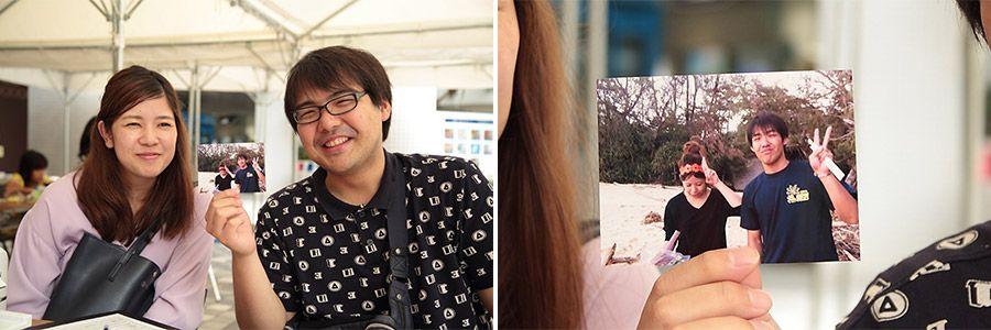 auおもいでケータイ再起動でプリントした写真を手に微笑むカップルと、昔のふたりの写真