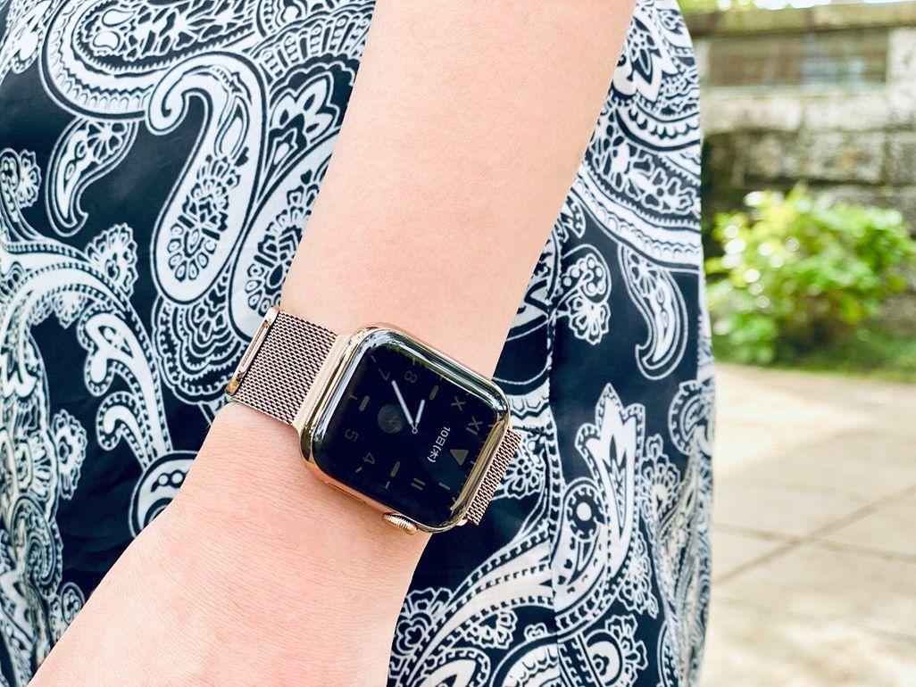 Apple Watch Series 5を着用した女性