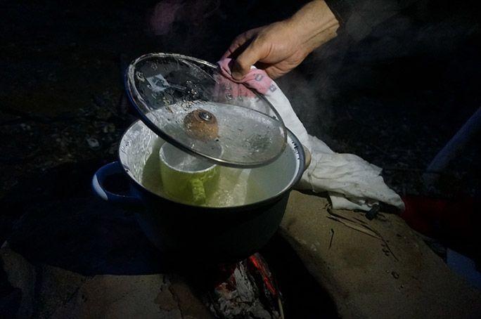 カニを調理するヨッピー