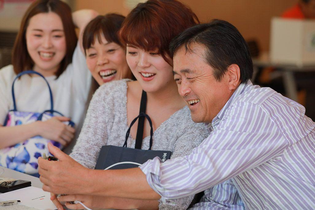 「おもいでケータイ再起動」で復活した古いケータイに喜ぶ家族