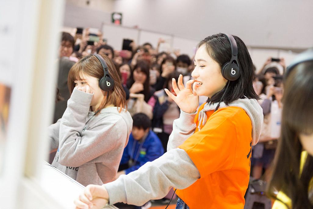 「音のVR」を体験する佐々木莉佳子さん