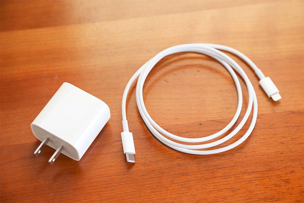 iPhoneの充電ケーブルとアダプタ