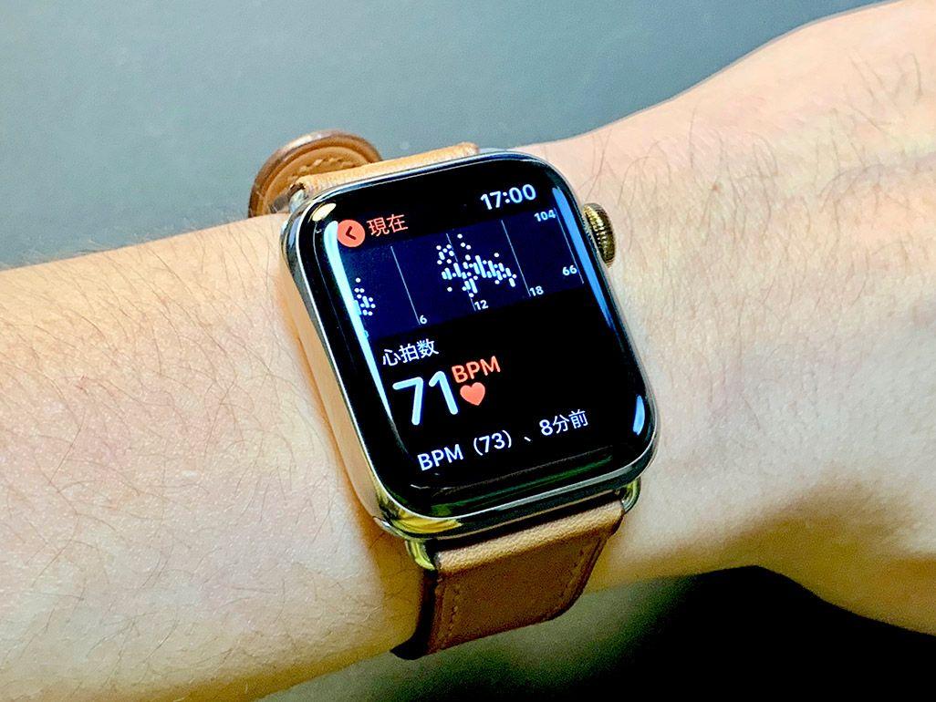 男性の手首に巻かれ、心拍数が表示されているApple Watch Series 4