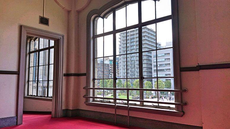 Xperia XZ2 Premiumで撮影した洋館の窓から見える景色
