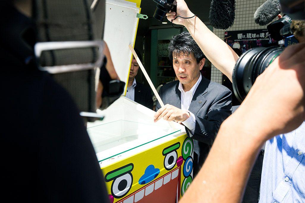 取材陣に囲まれるKDDI原田圭吾