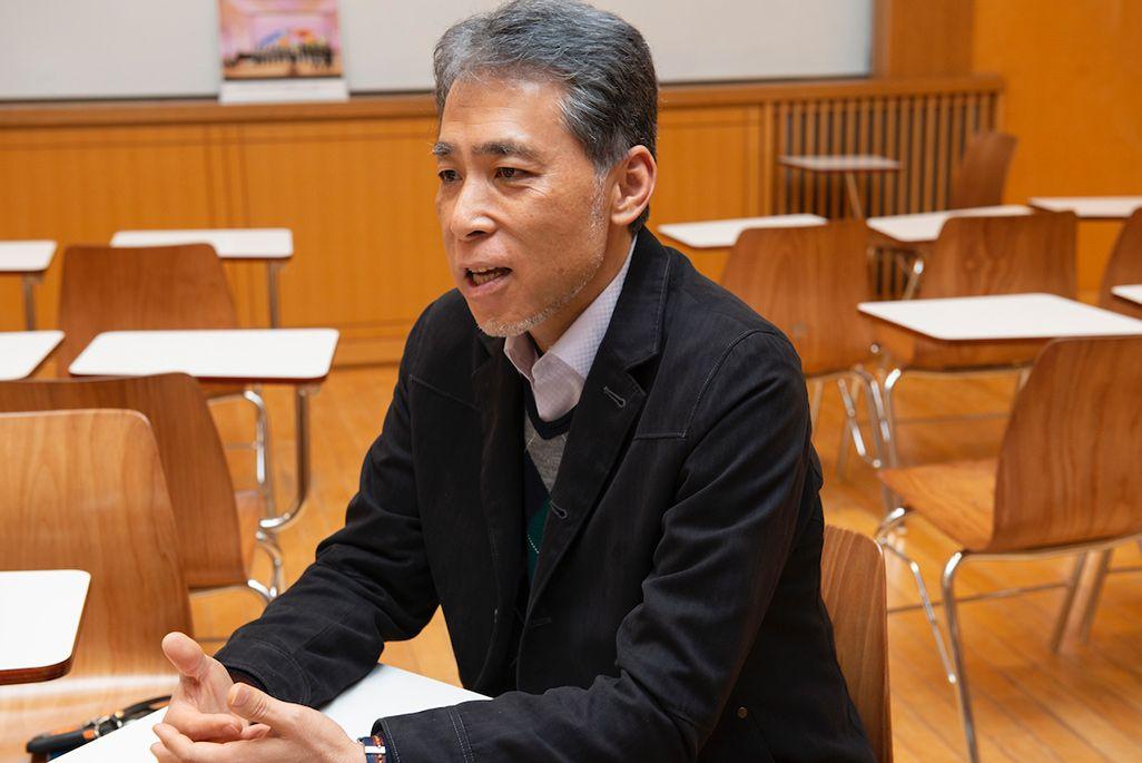 神奈川県・桐光学園で合唱部を指導する上田武夫先生