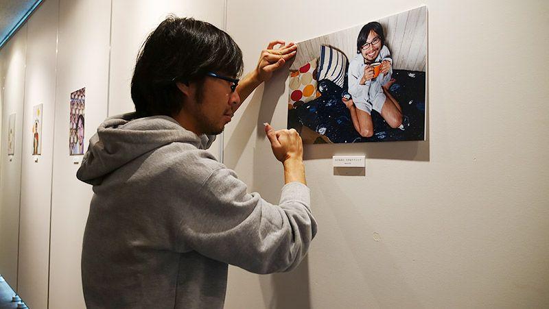 写真パネルを張り付けて展示している地主