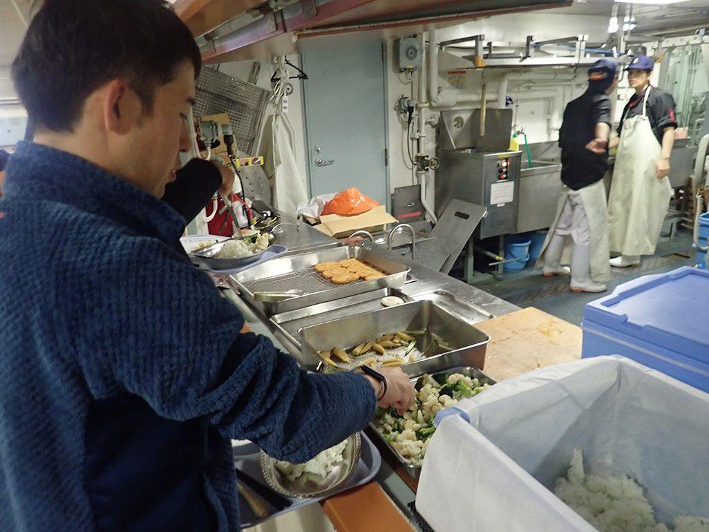 砕氷船「しらせ」で食事の用意