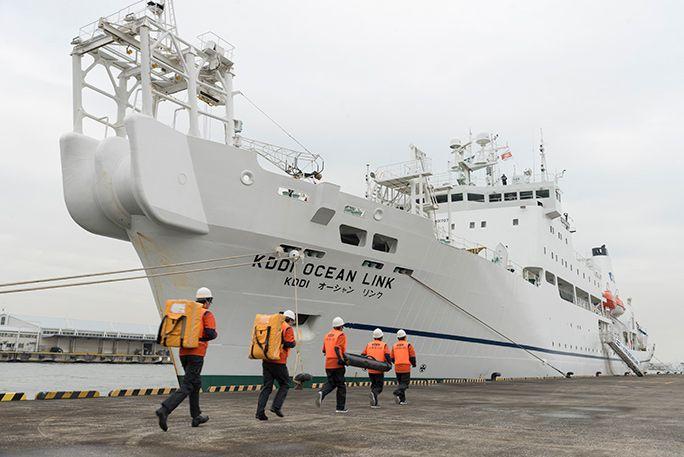 KDDIの災害対策公開訓練にて、海上保安庁巡視艇で作業員と機材を搬送し、「KDDIオーシャンリンク」に船舶型基地局を積み込む