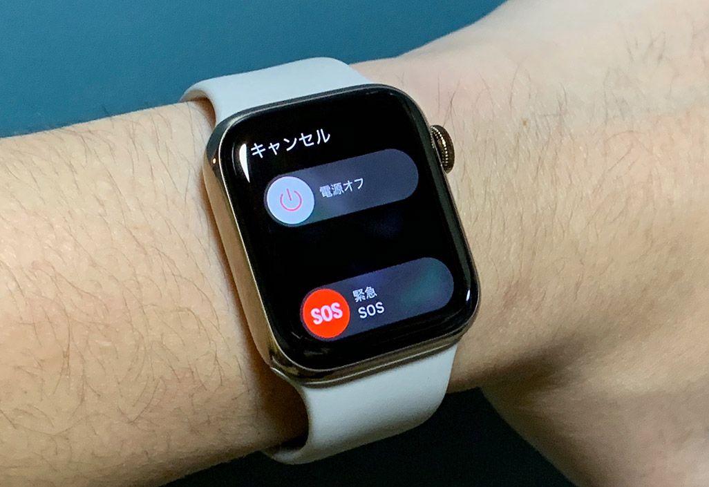 男性の手首に巻かれている白いベルトのApple Watch Series 4