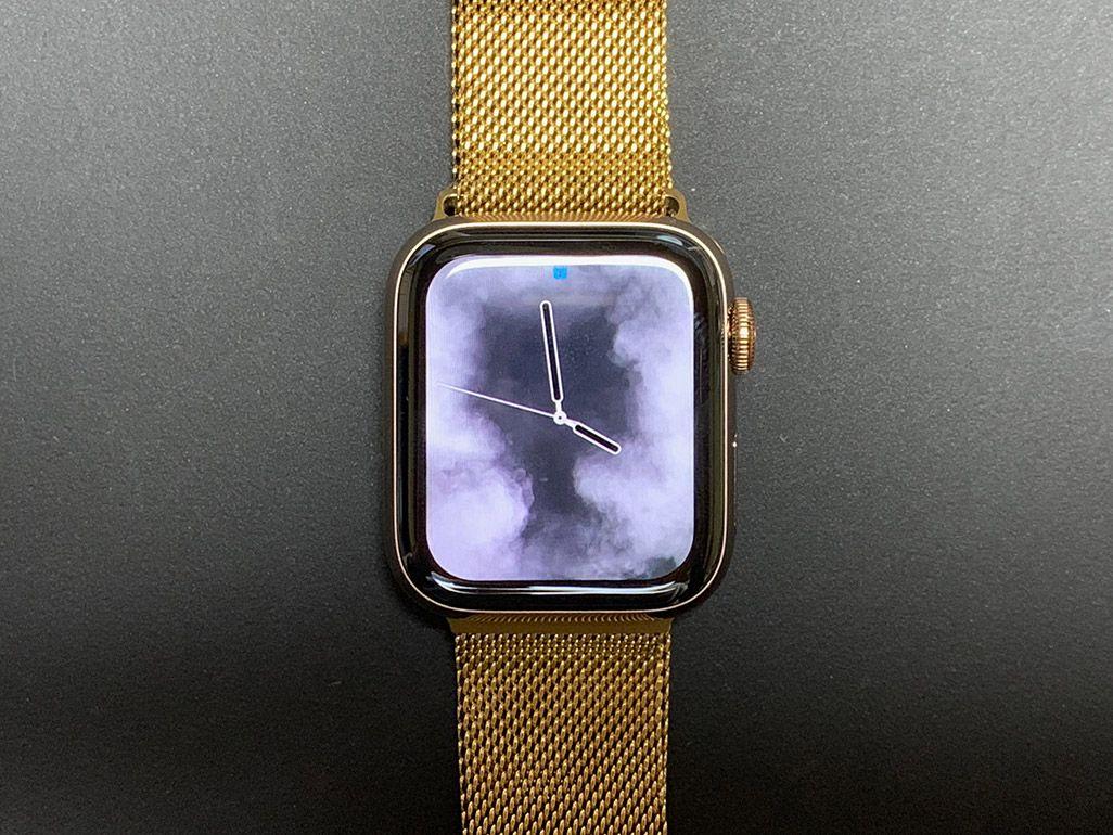 ゴールドのベルトのApple Watch Series 4