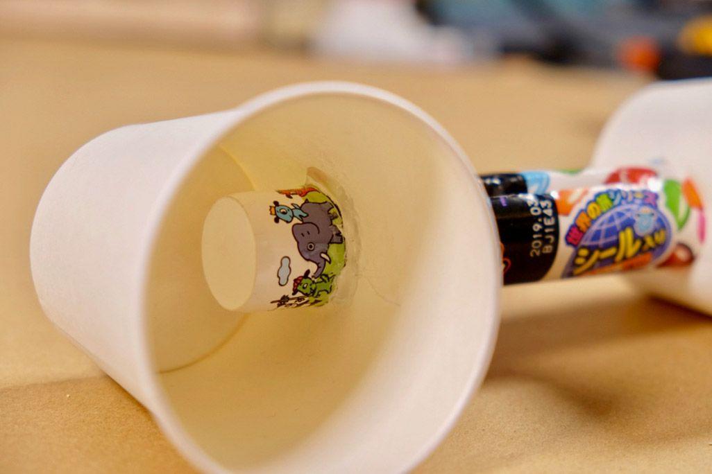 紙コップスピーカー制作工程 隙間を木工用ボンドで埋める