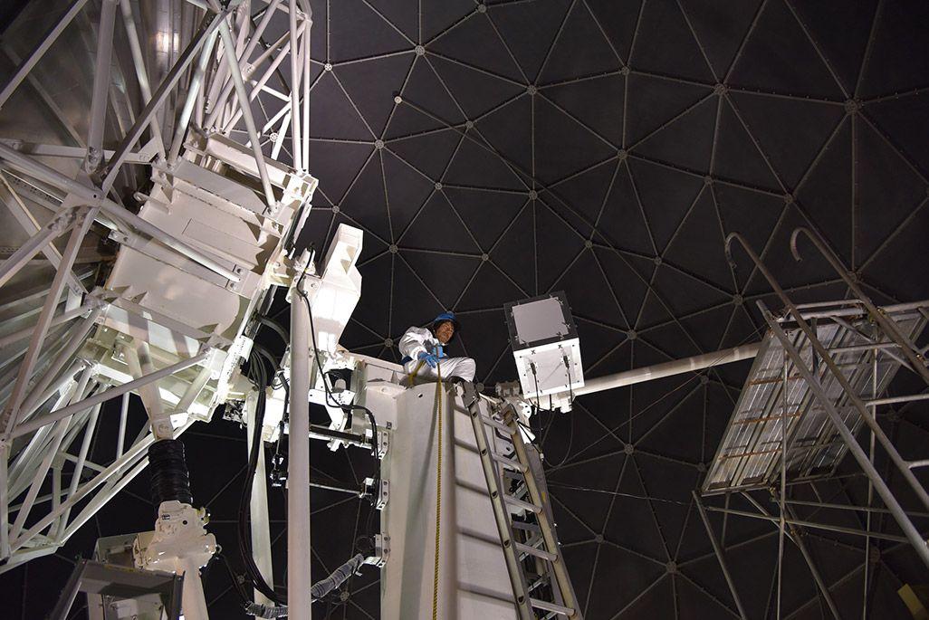 南極昭和基地のパラボラアンテナで作業をする第59次南極地域観測隊の齋藤勝