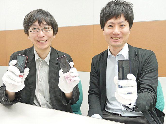 試作モックを手にするKDDI商品企画本部の砂原哲(左)と美田惇平(右)