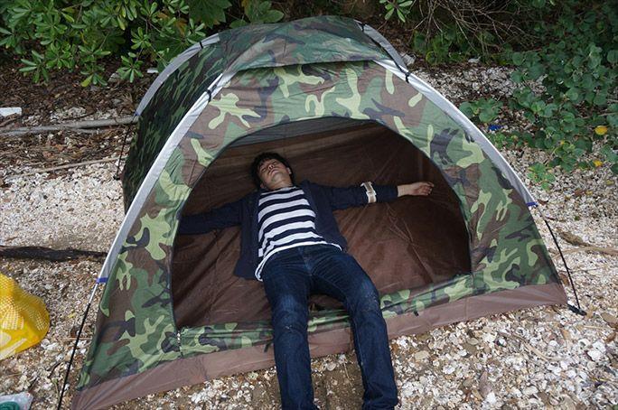 テントで寝そべる高野りょーすけ