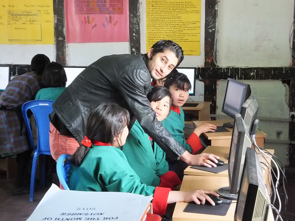 導入されたばかりのパソコンに向かうブータンの子どもたち