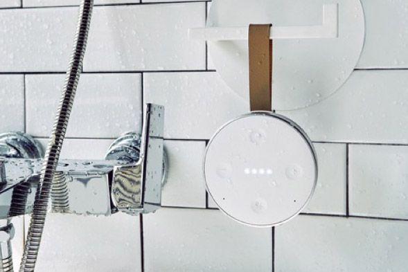 浴室のフックにかけられている防水スマートスピーカー