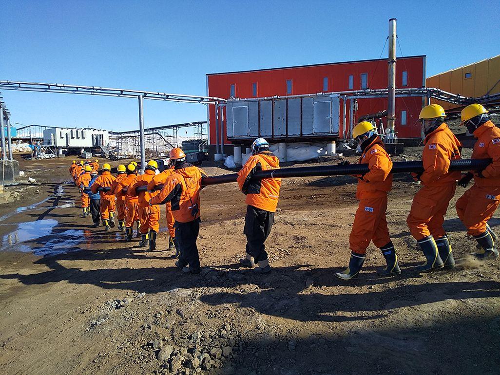 南極隊員による作業支援