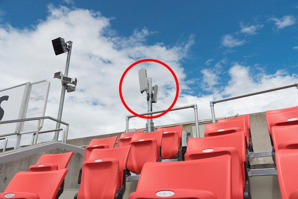 スタンド後方に設置された5Gアンテナ。一方はグラウンド側、もう一方は場外側へ向いている