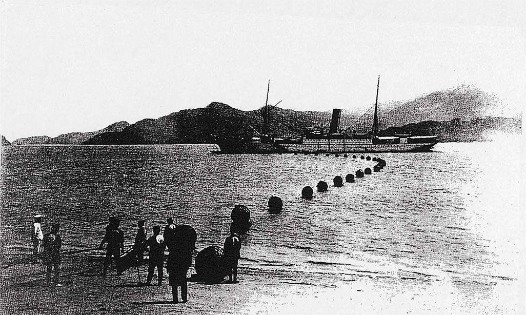 日本から海底電信ケーブルを敷設する船。1906年(『海底線百年の歩み』)