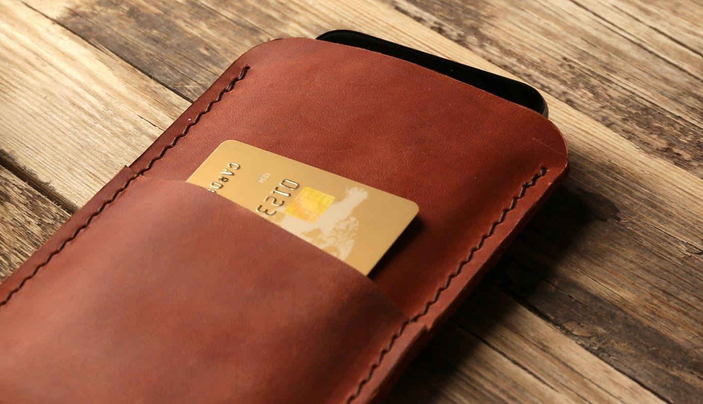 スマホケースに入ったクレジットカード