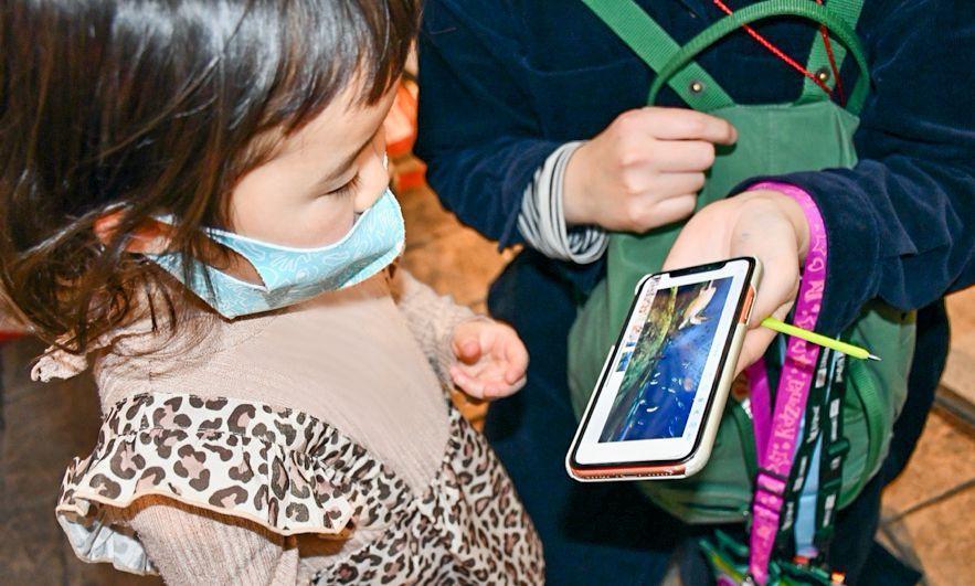 キッザニアでぐるっと自由視点 撮影サービスをスマホで見て楽しむ子ども