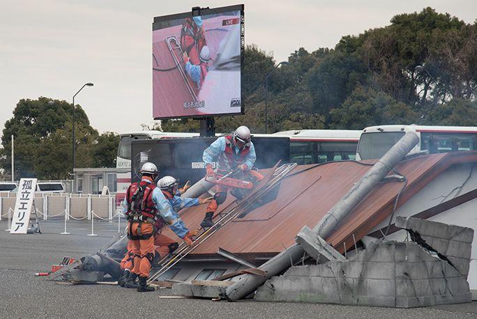 横浜市消防局による救助活動の訓練