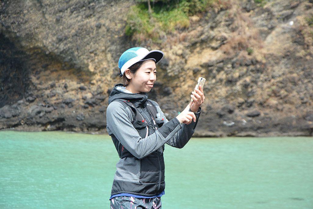 小値賀島の五両ダキでスマホを操作する浦谷美帆さん