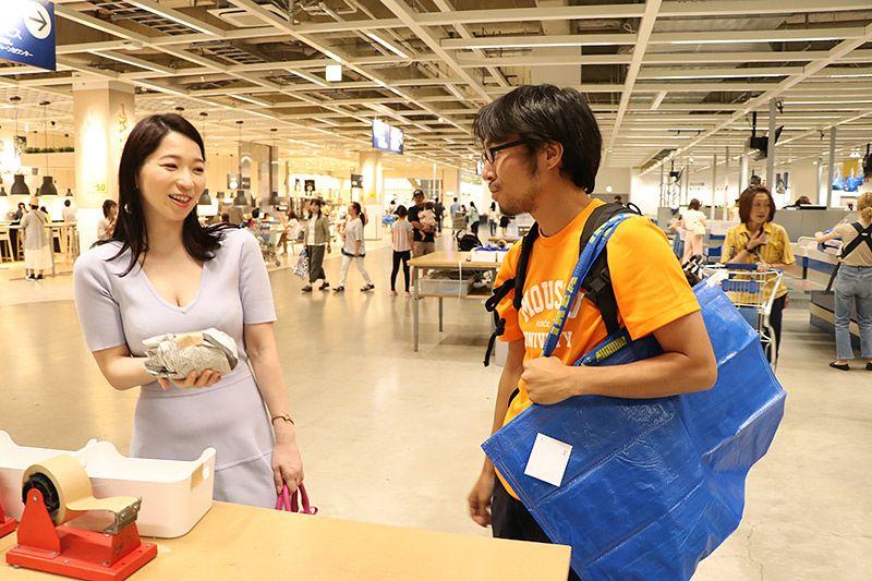 IKEA新三郷で購入したエスプレッソカップを鶴あいかにプレゼントする地主恵亮