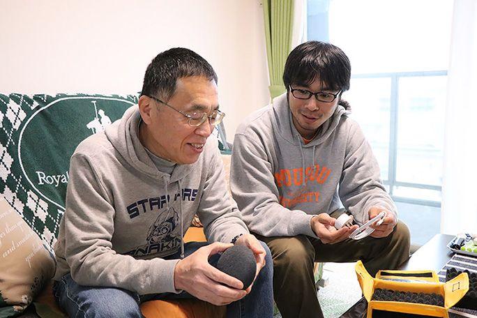 Google Home Mini を実際に触る父と地主