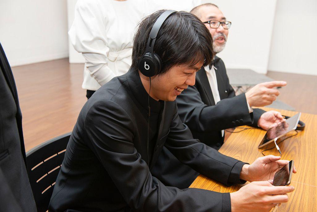 収録後に音のVRアプリを試す東京混声合唱団